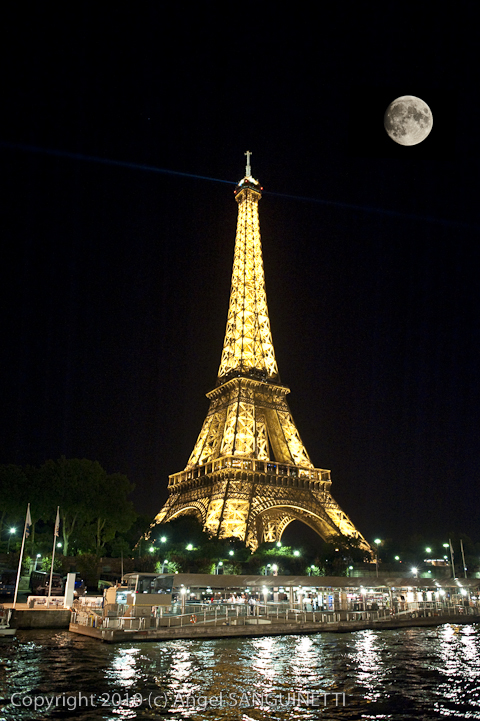 Tour-Eiffel-nuit-pleine-lune-Paris-2010-1